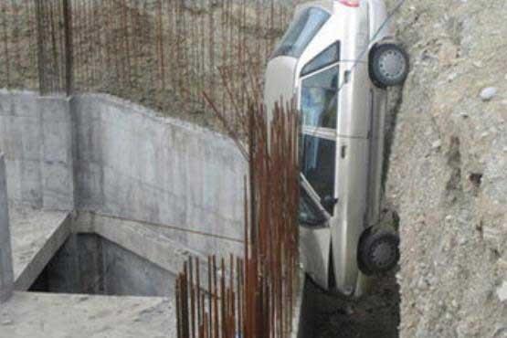 سقوط یک پراید به محل گودبرداری ساختمان!