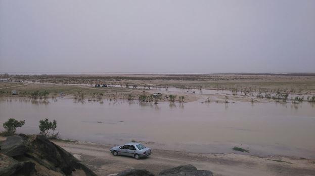تصاویری از ورود آب به تالاب هامون/ مردم قایق سواری هم میکنند