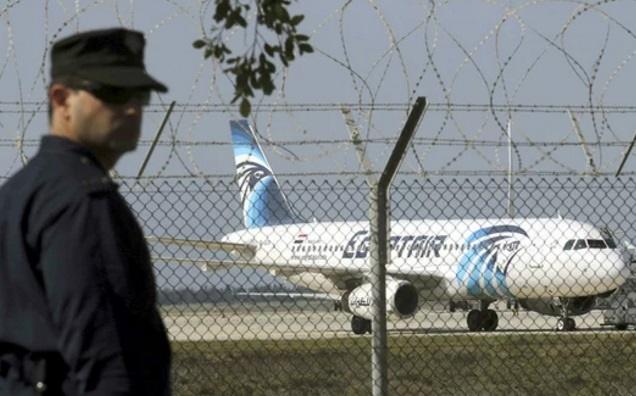 لحظه به لحظه با اخبار  هواپیماربایی در مصر/ هویت رباینده هواپیما مشخص شد/اکثر مسافران آزاد شدند