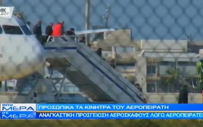 فیلمی از آزاد شدن مسافران هواپیمای ربوده شده مصری/ عکسی از ربایندۀ هواپیما