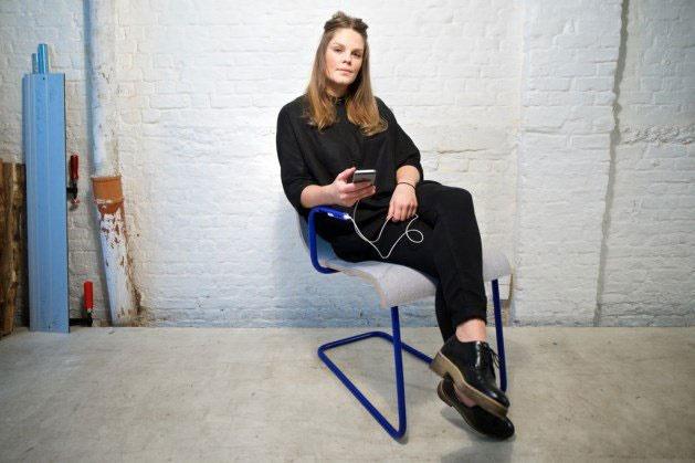 روی این صندلی بنشینید تا موبایلتان شارژ شود
