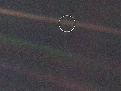 به این نقطه آبی کمرنگ نگاه کنید؛اینجا زمین است!/عکس ناسا به مناسبت روز زمین