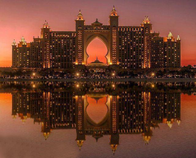 نمایی دیدنی از هتل آتلانتیس دبی هنگام غروب آفتاب
