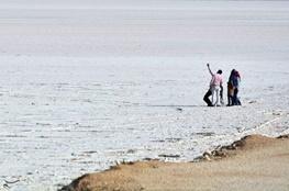 40 درصد دریاچه مهارلو آب گیری شده است/ دلایل قرمزی دریاچهای که هرگز نمیمیرد