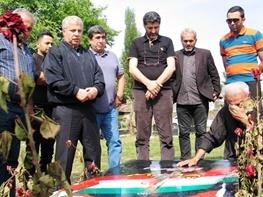 تصویر اشک های پدرمهرداد اولادی در کنار علی پروین