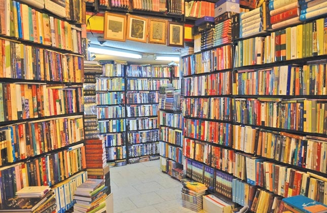 کتابها در قفسه میماند