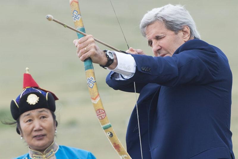 تیراندازی جان کری با تیر و کمان مغولها