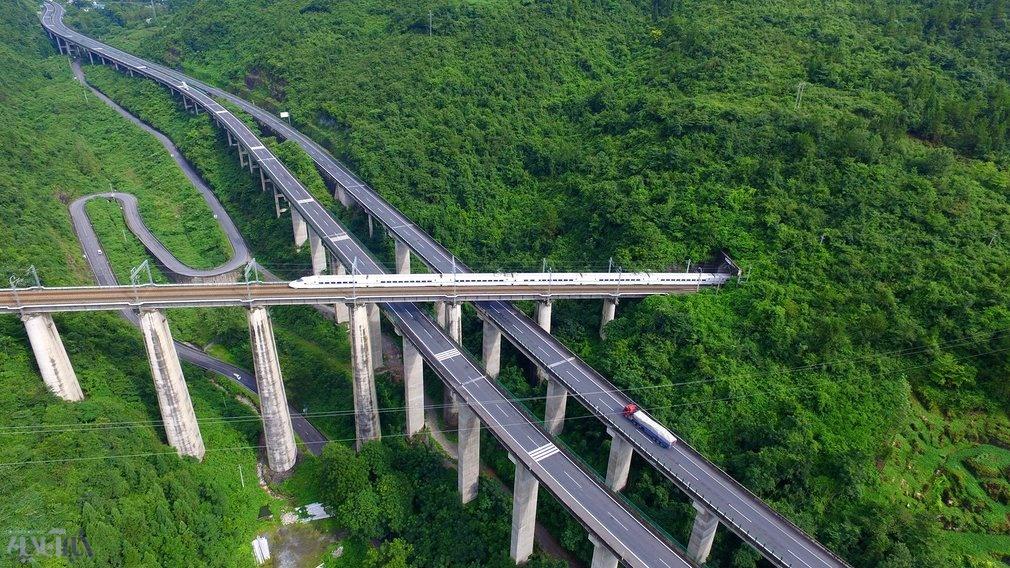 عکس | منظره زیبای تلاقی ریل قطار و جاده در چین
