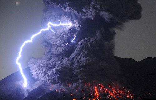 تصاویر آتشفشانی که گدازههایش را به ارتفاع ۵۰۰۰ متری میفرستد!