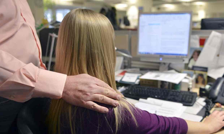 بیش از نیمی از زنان این کشور در محل کار مورد آزار و اذیت جنسی قرار میگیرند