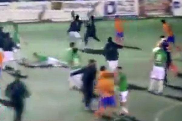 فیلم | درگیری دو تیم فوتبال، اخراج ۱۲ بازیکن و ورود پلیس به زمین