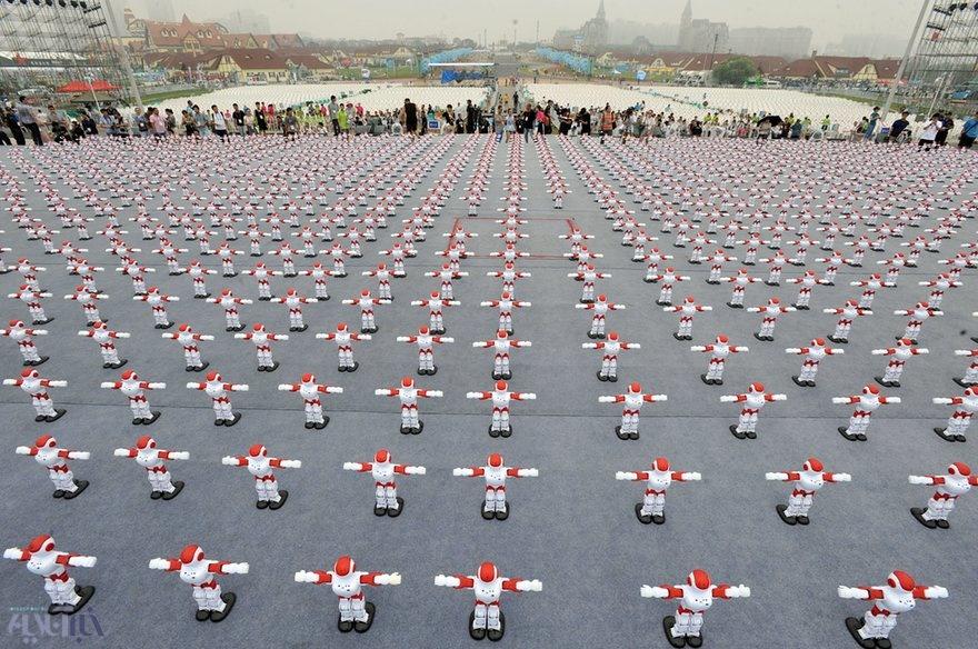 عکس | حرکات موزون دستهجمعی رباتهای چینی برای ثبت در گینس
