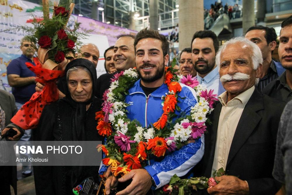 استقبال گرم از بهداد و طلایی های وزنه برداری در فرودگاه تهران
