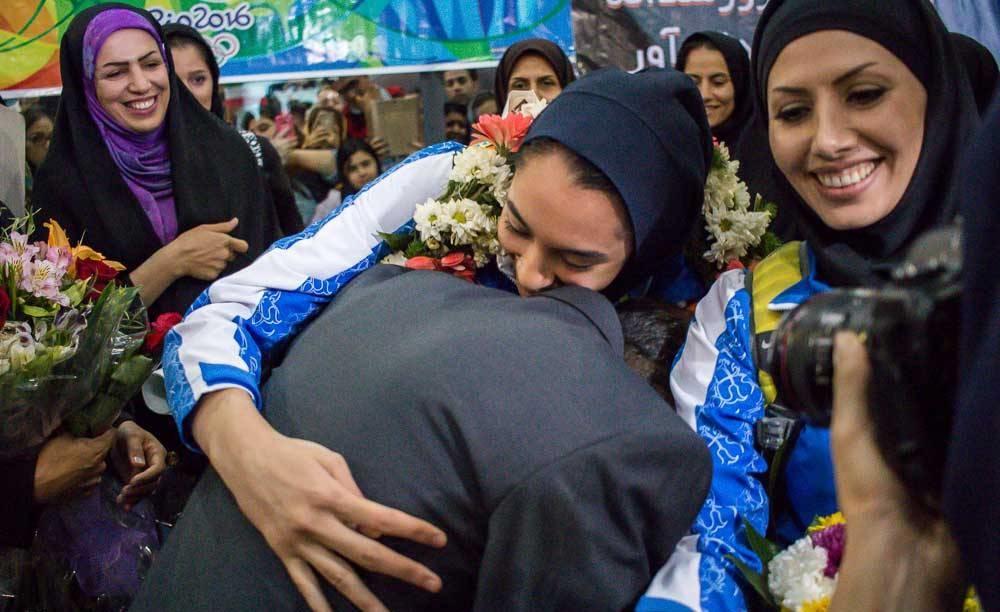تصاویر   کیمیا علیزاده و بوسه بر دستان پدر