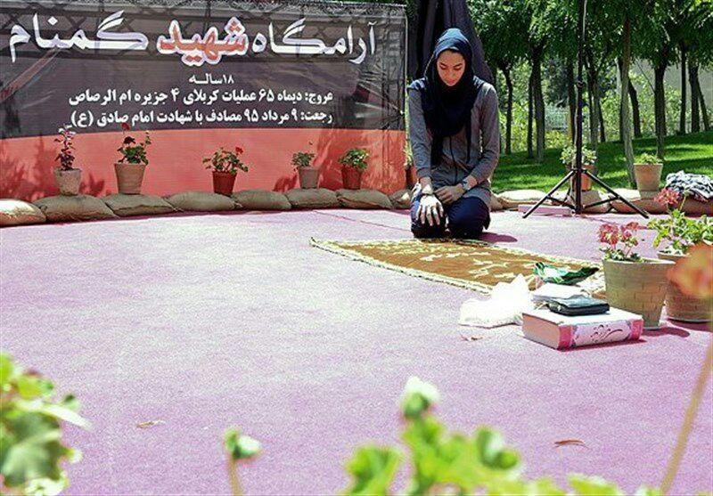 عکس   کیمیا علیزاده مدال خود را به شهید گمنام 18 ساله تقدیم کرد