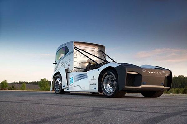 16 8 28 125131Volvo Iron Knight Rear Three Quarters - شوالیه آهنین؛ کامیون«ولوو» رکوردشکن سرعت دنیا