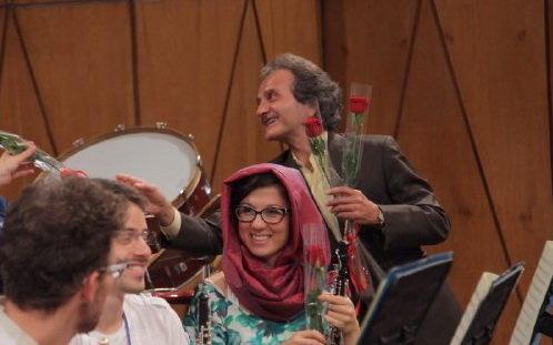 شاخه گلهای شهرداد روحانی برای نوازندگان دختر