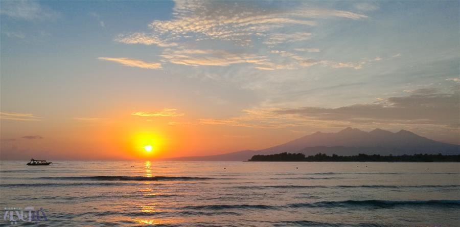 تصاویر | نمایش تماشایی طلوع آفتاب در دریا