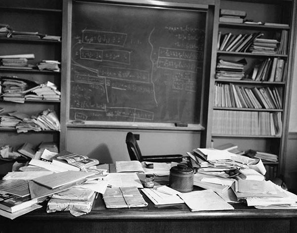 تصویر دفتر کار اینشتین که چند ساعت قبل از مرگ ترکش کرده بود