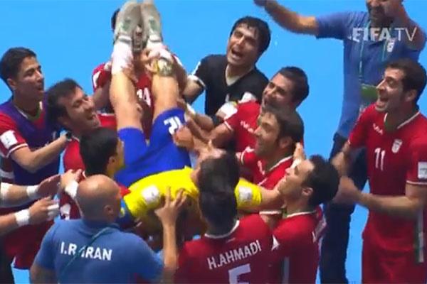 فیلم   خداحافظی فالکائو؛ ستاره فوتسال دنیا روی دست بازیکنان ایران