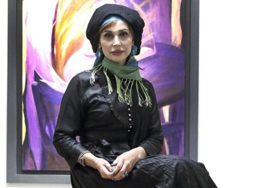 زنان غمگین و تنها در یک نمایشگاه