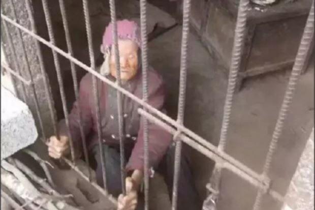 خشم کاربران چینی از رفتار غیرانسانی پسر و عروس با پیرزن ۹۲ساله/ سالها در قفس حیوانات نگهداری میشد