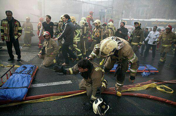 عکس | نگرانی آتشنشانان از سرنوشت همکاران گرفتار در زیر آوار ساختمان پلاسکو