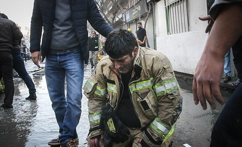 تصاویر | اشک و نگرانی ماموران امدادی از حبس همکاران خود در زیر آوار
