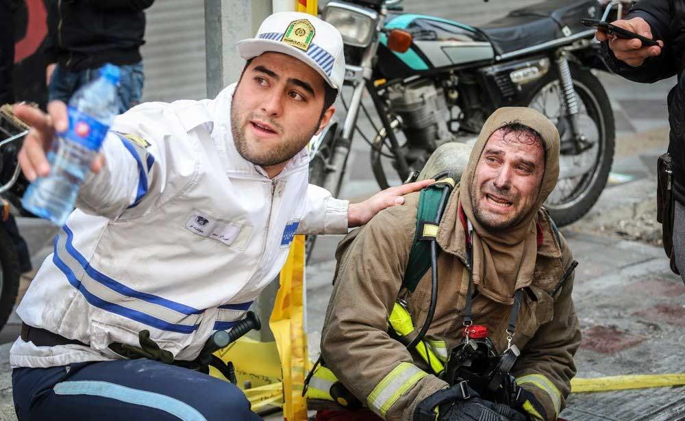 تصاویر | آتشنشانان روی آوار در تلاش برای یافتن مصدومان