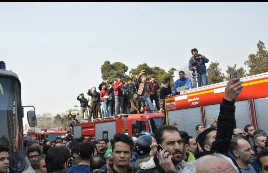 عکس | عجیب و تاسف برانگیز؛ حضور مردم روی ماشین آتشنشانی برای گرفتن عکس و فیلم