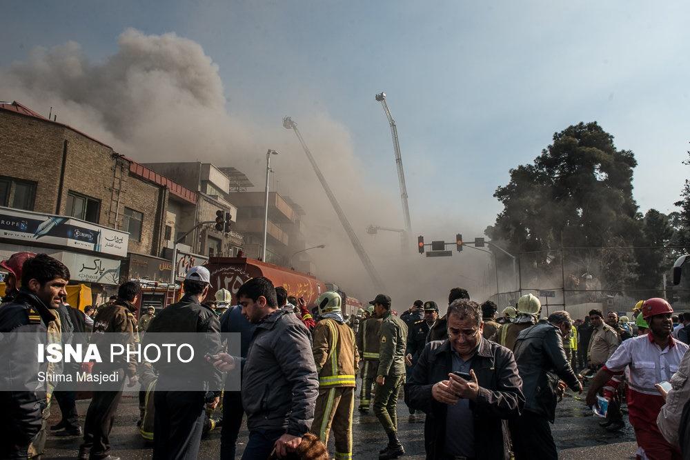 تصاویر | لحظه به لحظه با تلاش آتشنشانان برای مهار حریق پلاسکو در حال ریزش