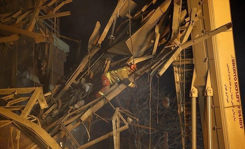 تصاویر | حضور شبانه آتشنشانها در میان دود و آوار ساختمان پلاسکو