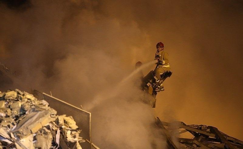 لباس آتشنشانی بر تن سه کشتیگیر معروف