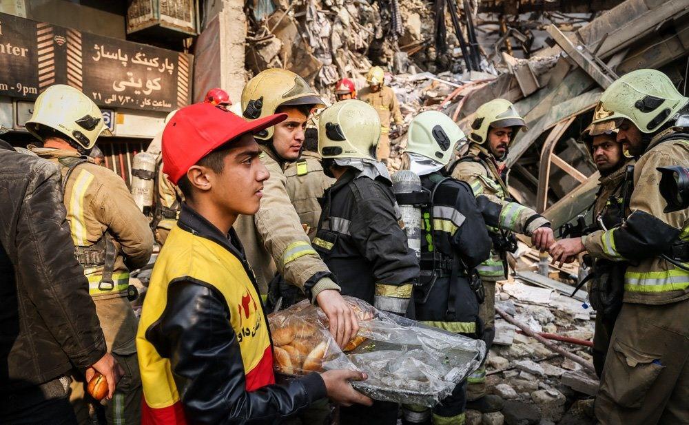 تصاویر | از نان خوردن در عملیات آواربرداری تا حزن و اندوه آتشنشانان