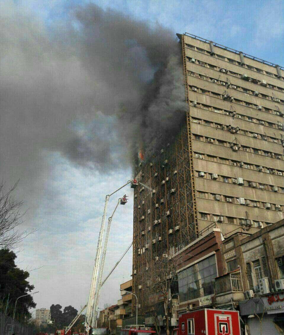 آتش ساختمان پلاسکو خاموش شد/ ماموران در پی حاضران ساختمان