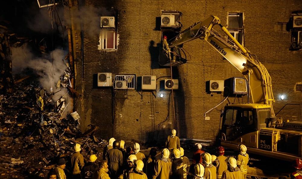 مردم همچنان مقابل پلاسکو منتظرند/ زبانههای آتش با افزایش سرعت آواربرداری
