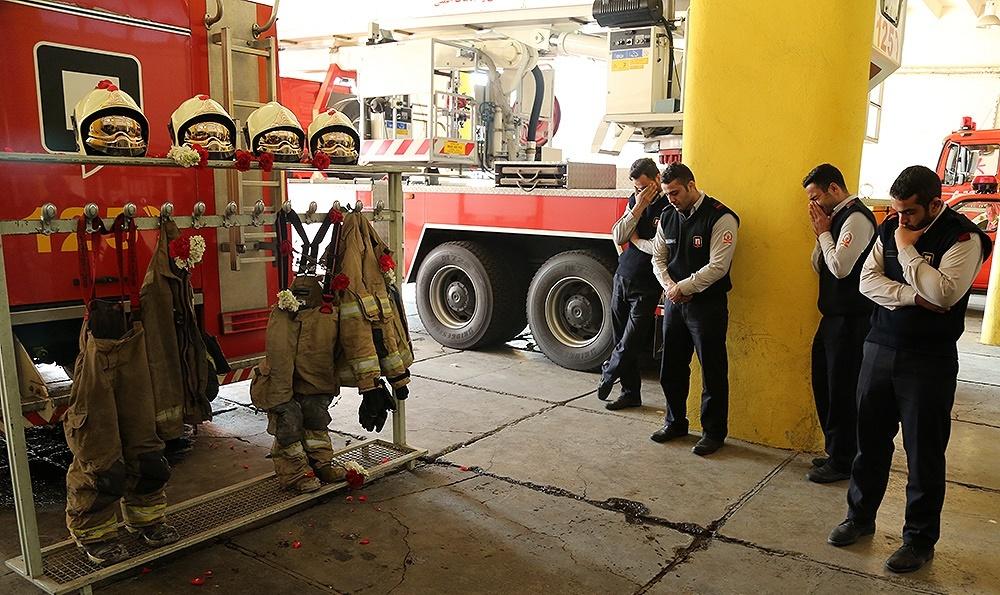 تصاویر   همدردی مردم با آتشنشانان