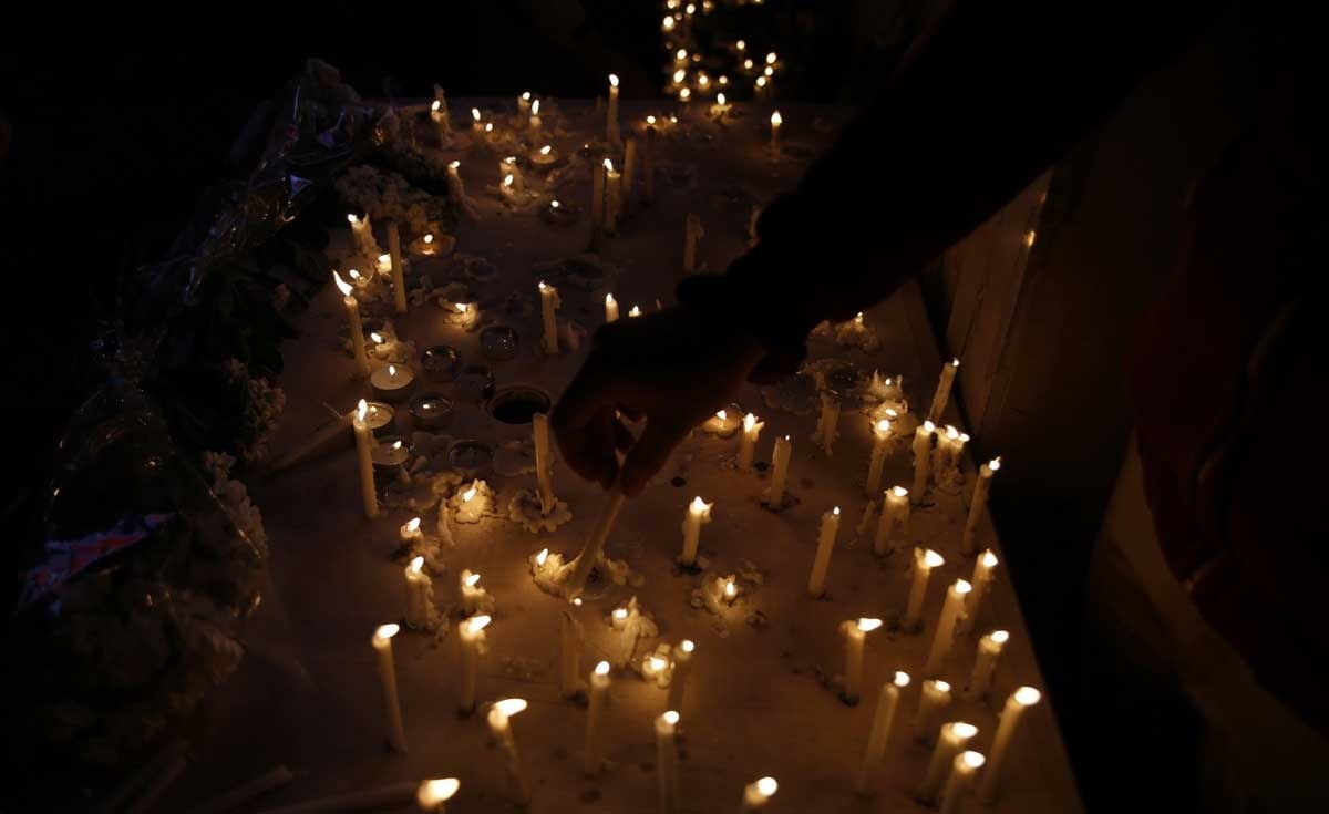 تصاویر   تجمع مردم مقابل ایستگاه مرکزی آتشنشانی   روشن کردن شمع به یاد آتشنشانان