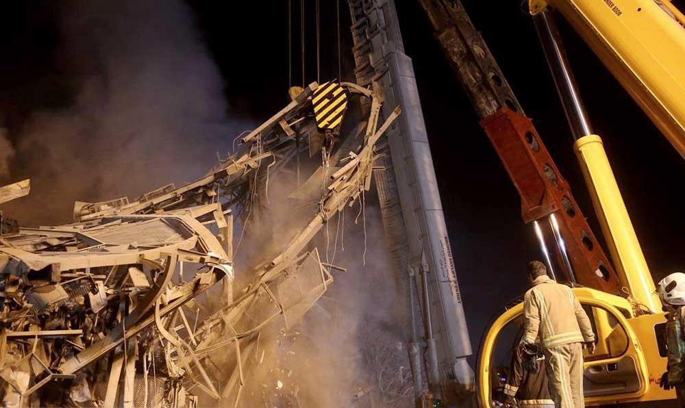 تصاویر   تلاش خستگیناپذیر آتشنشانان در اولین شب بعد از آتشسوزی ساختمان پلاسکو