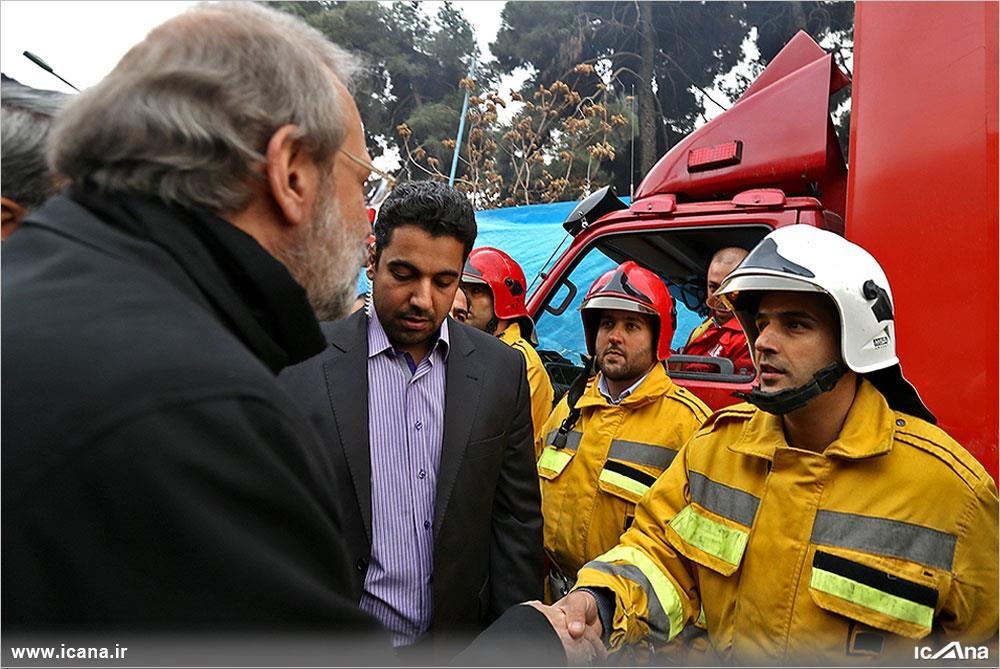 عکس  گفتوگوی لاریجانی با آتشنشانان در محل حادثه پلاسکو
