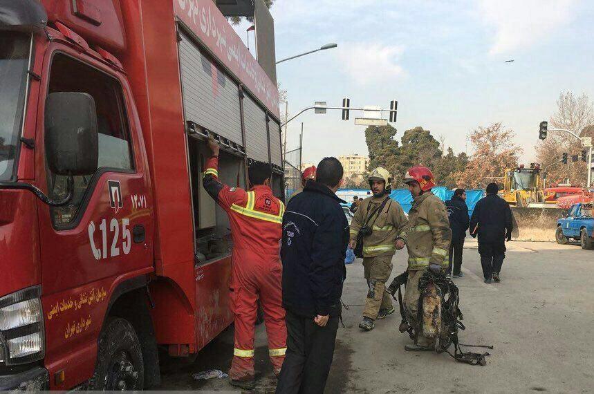 عکس | کشف دو کپسول اکسیژن و تجهیزات آتشنشان در خرابههای پلاسکو