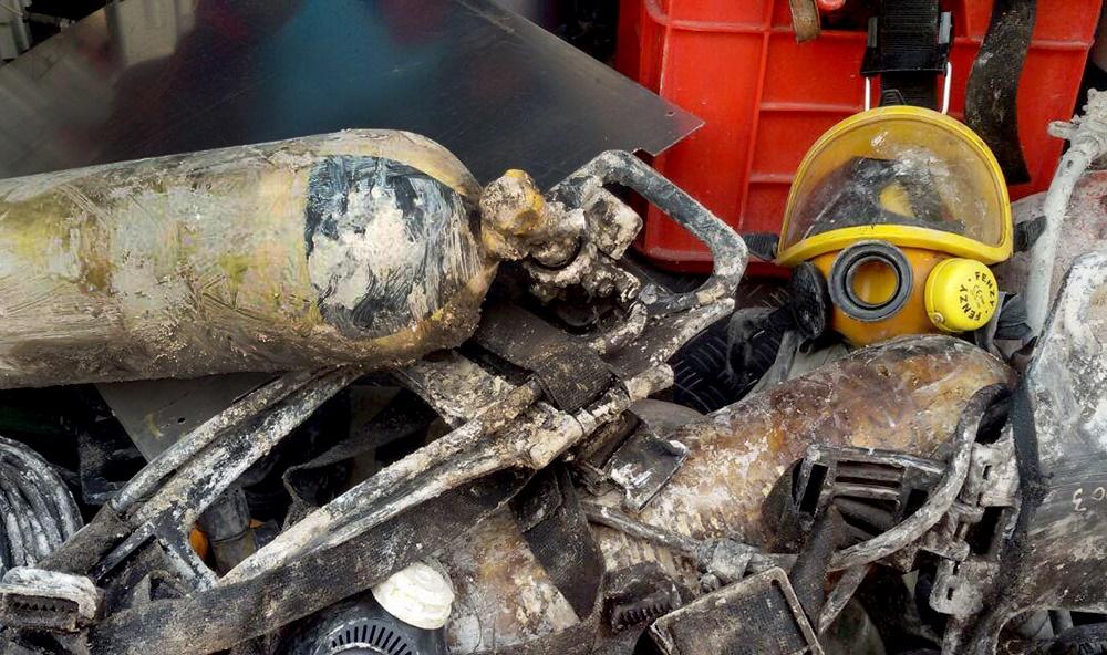 تصاویر | تقدیر از آتشنشان همزمان با آواربرداری در پلاسکو ؛ کپسولهای کشف شده