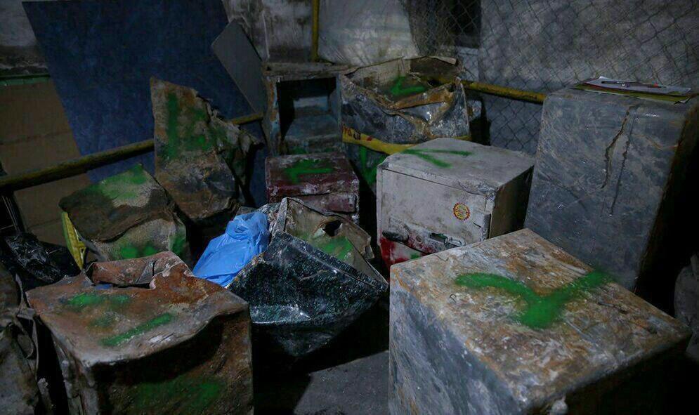 عکس | دپوی گاوصندوقهایی که از زیر آوار خارج شدهاند | شمارهگذاری توسط پلیس