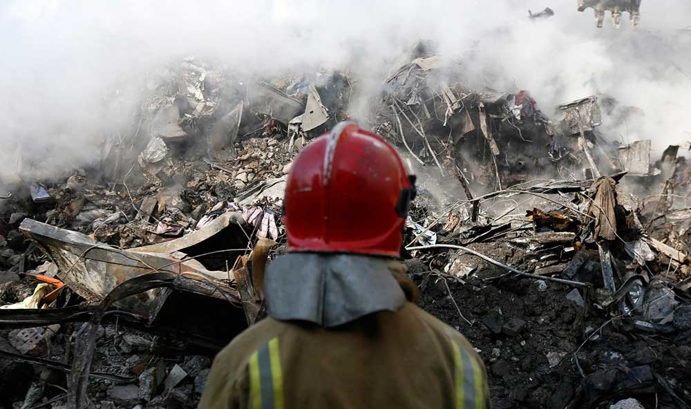 تصاویر | وضعیت پلاسکو در ظهر پنجمین روز فاجعه | بلند شدن دود سفید از آوار