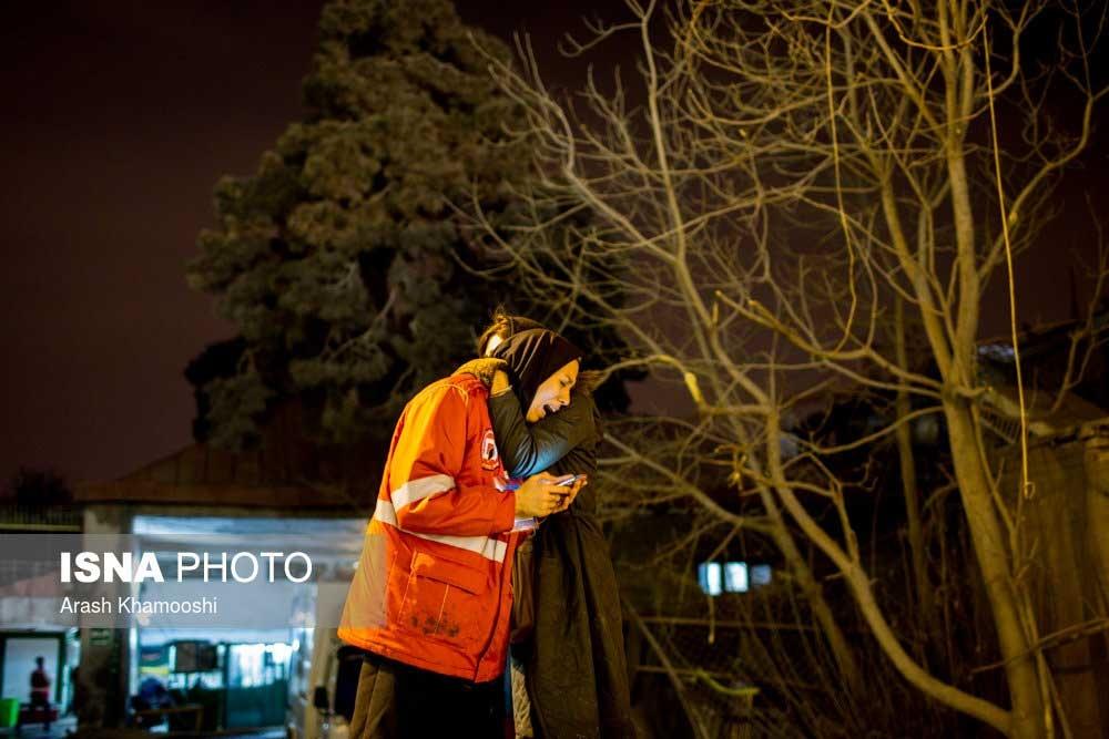 تصاویر   حضور همسر یکی از آتشنشانان مدفون شده زیر آوار پلاسکو
