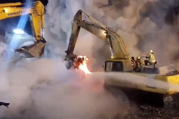 فیلم | اسکلتهای فلزی زیر آوار پلاسکو همچنان مذاب هستند