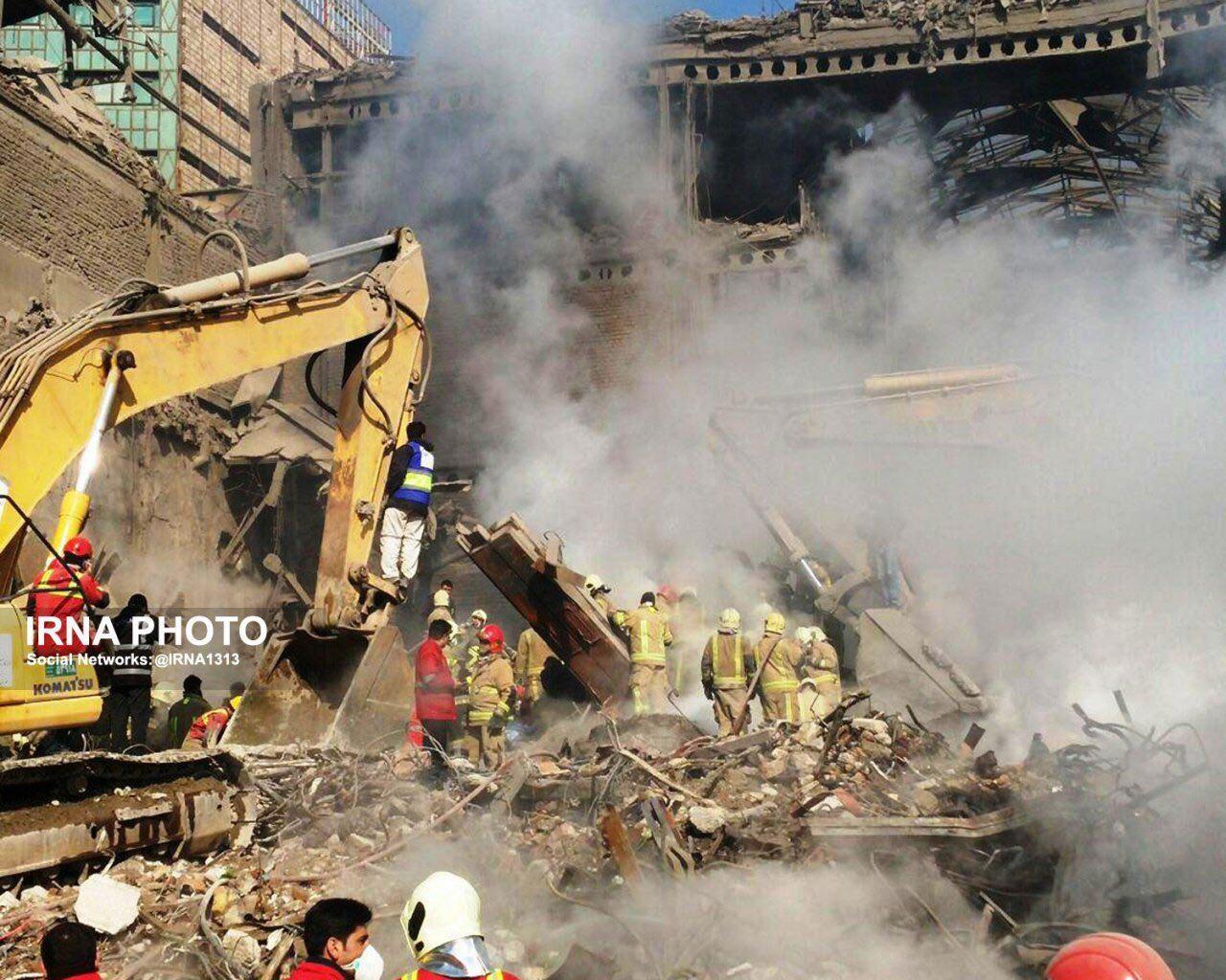 عکس | تجمع آتشنشانان برای خارج کردن همقطاران شهید خود از زیر آوار ضلع غربی