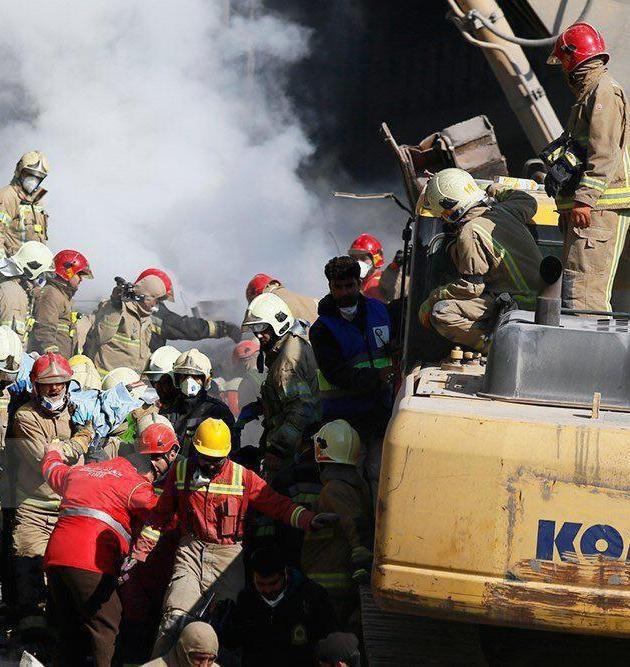 عکس | لحظه انتقال پیکر یکی از آتشنشانان شهید پلاسکو