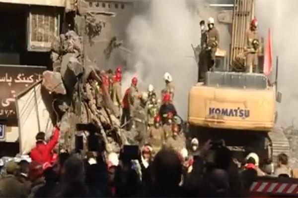 فیلم   لحظه خروج چهارمین پیکر آتش نشان از زیر آوار پلاسکو   توضیحات سخنگوی آتشنشانی