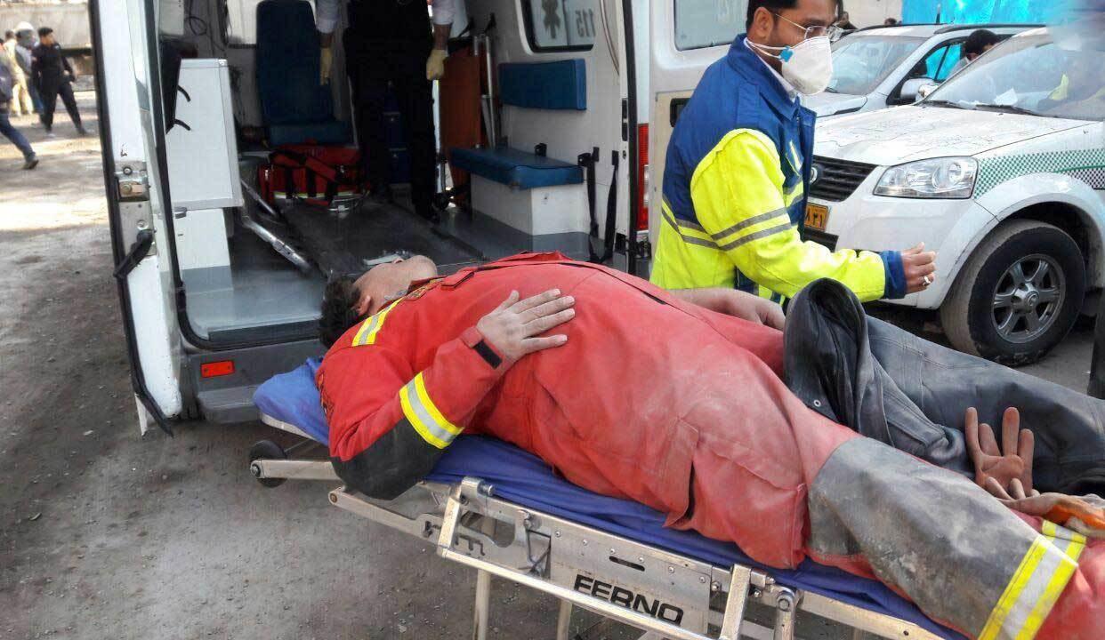 عکس | مصدومیت یکی از آتشنشانان در محل حادثه پلاسکو
